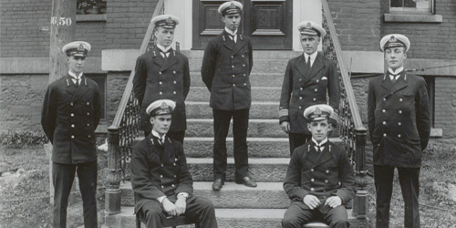 La promotion de 1913 : Un groupe d'élèves-officiers du Royal Naval College du Canada vers 1913.